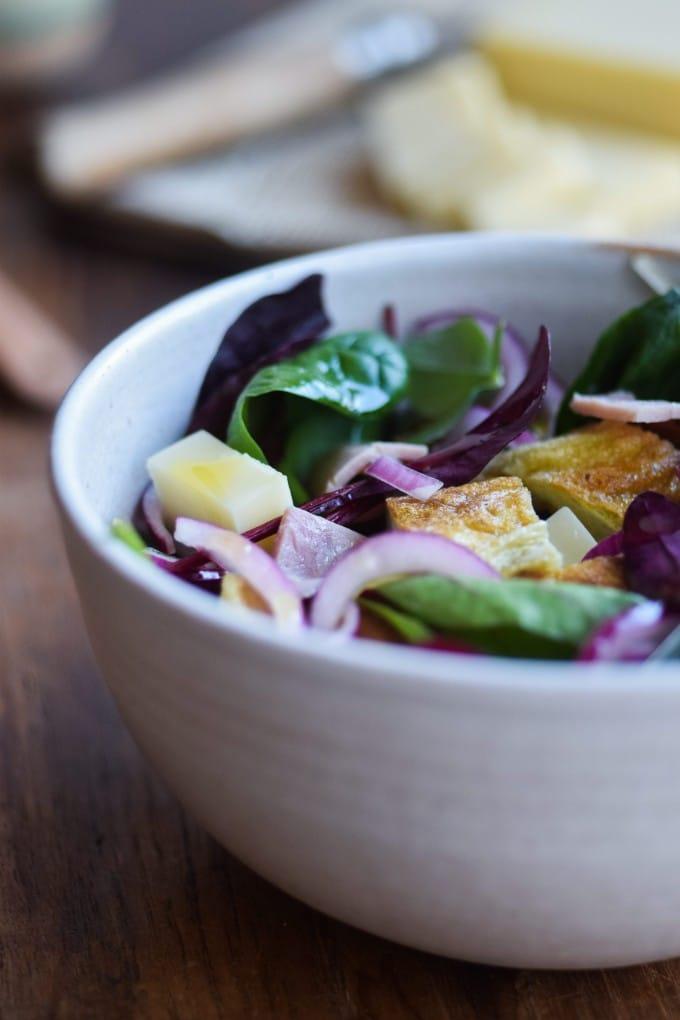 salat med skinke og omelet