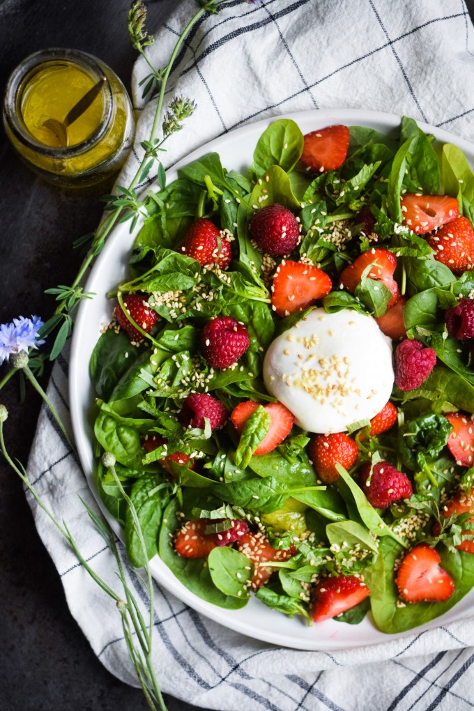 salat med bær opskrift