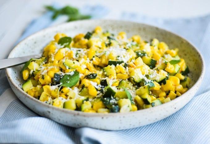 lun squash salat med majs og krydderier