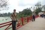 Sur le pont vers le temple Ngoc Son