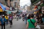 On marche dans la rue à Hanoi