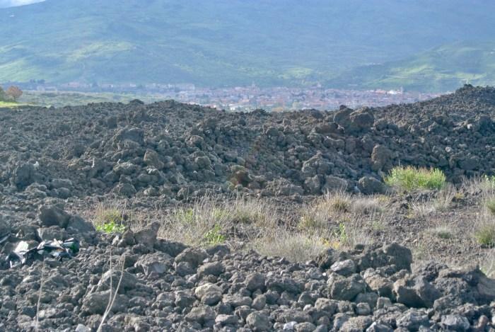 La coulée de lave de 1981, avec Randazzo en arrière-plan