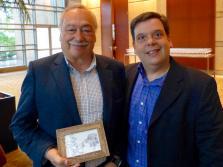 Marcelo Soares (dir) presenteando Luis Pato (esq).