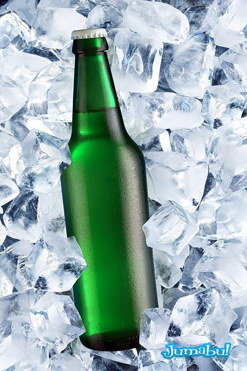 botella verde con hielo mock up