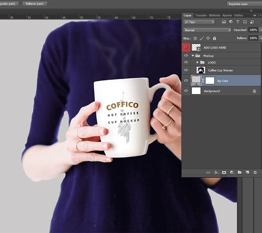 Mockup de una mujer sosteniendo una taza de café