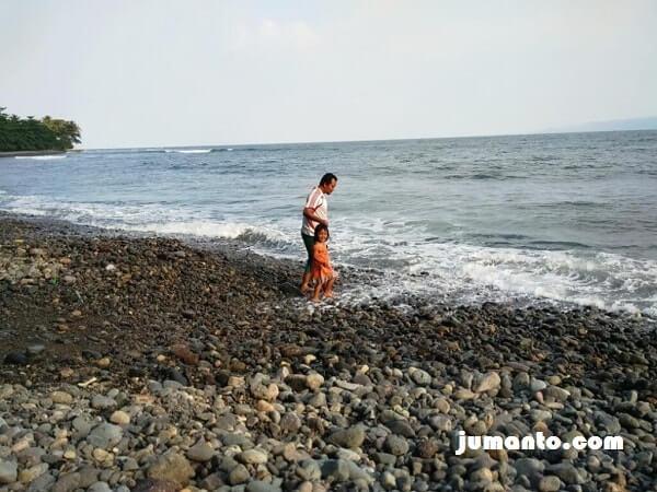 foto mandi ombak di pantai terbaya