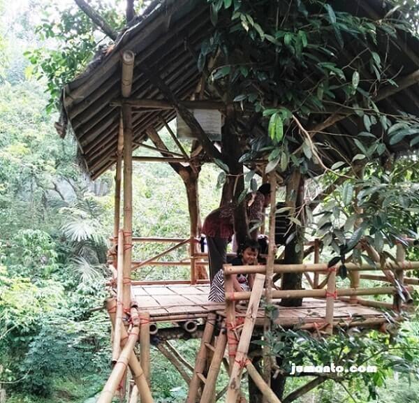 foto rumah pohon bambu sedang di sumber agung kemiling