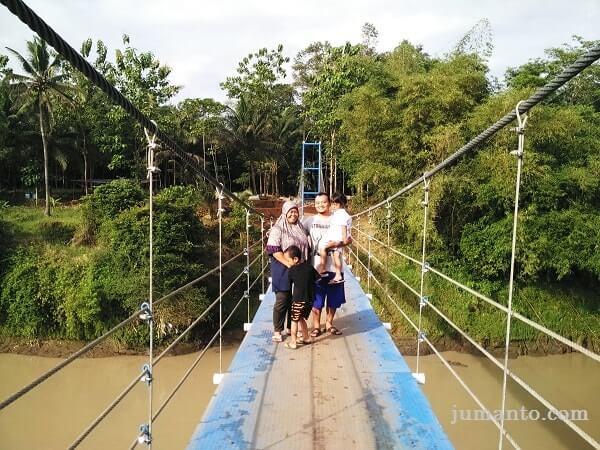 Foto Di Jembatan Gantung Desa Pelumutan