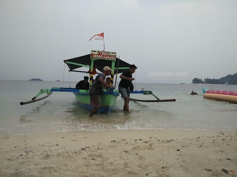fasilitas sewa perahu di pantai mutun lampung