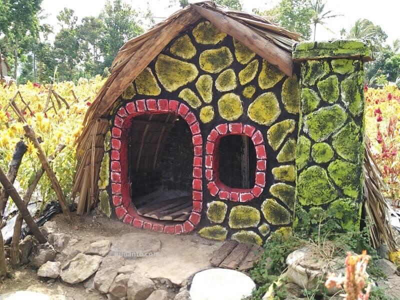 rumah hobbit di umbul helau kedaung