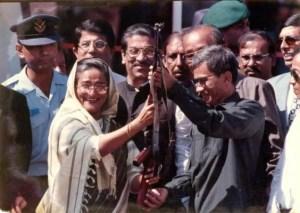 তৎকালীন প্রধানমন্ত্রী শেখ হাসিনার কাছে তৎকালীন শান্তি বাহিনীর প্রধান জ্যোতিরিন্দ্র বোধিপ্রিয় লারমার প্রতীকী অস্ত্রসমর্পণ