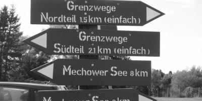 Hier ist ein Bild eines Fotos von Wegweisern an der innerdeutschen Grenze zu sehen. Mittlerweile kann an dieser entlang spaziert werden.
