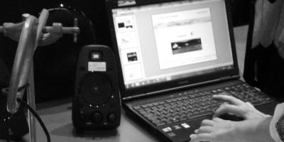 Hier sieht man ein aufgeklapptes Notebook mit, iiihhh, Windows. Daneben steht ein Lautsprecher. Sieht alles ein bisschen nach einer Aufnahmeapparatur aus. Das bedeutet, ausnahmsweise passt das Bild mal zum Text des Beitrags! Wohooo!