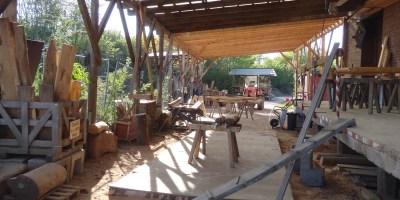Hier ist das Außengelände des Betriebs zu sehen. Viele der großen Bohlen und Spielgerüste werden im Freien bearbeitet.