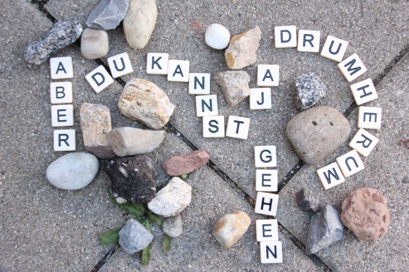 """Auf diesem Bild sind Buchstaben zwischen Steinen zu sehen. Sie bilden den Satz """"Aber Du kannst ja drumherum gehen"""". Der Satz ist eine Fortsetzung des Bildes vom vorhergehenden Beitrag"""