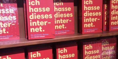 """Hier ist ein Bücherregal mit einem Titel von Jarett Kobek, """"Ich hasse dieses Internet"""". Da der Blogpost ja eigentlich das Gegenteil sagt, entsteht hier eine schöne Text-Bild-Schere"""