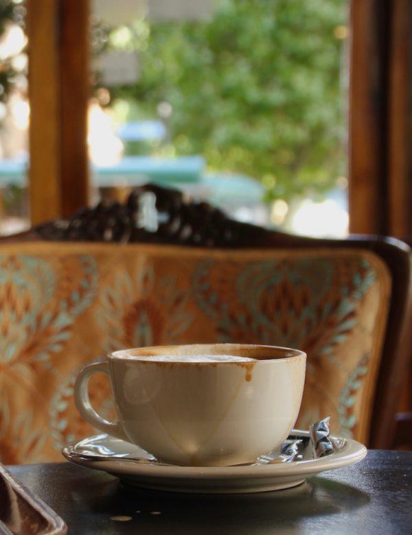 Hier ein Bild von einer Kaffeetasse vor einem gemütlich aussehenden Sessel mit verziertem altem Bezug. Nicht im Bild: Der Kaffeetrinker, mein Ehemann, der eben noch dort saß. Das Café liegt im Financial District Londons und ist leider trotz der schönen Einrichtung gar nicht so wirklich zu empfehlen. Der Kaffee war aber gut!