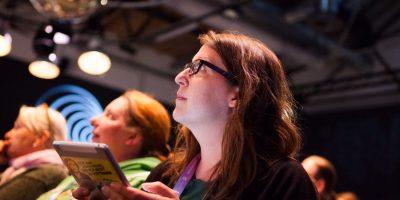 Ein Bild von mir, wie ich konzentriert auf die Bühne der re:publica schaue. Credits: Sarah Schäfer, mehrgutezeit.de