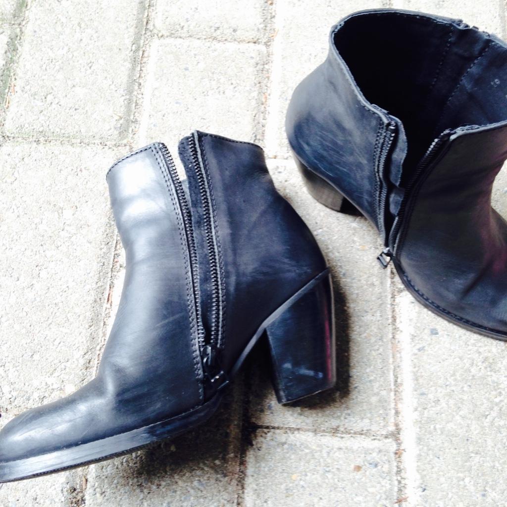 Deze schoenen van de sacha heb ik een aantal keer gedragen waardoor ze een beetje beschadigd zijn. Deze schoenen zijn écht leer en mogen weg voor €50,- Het is maatje 37