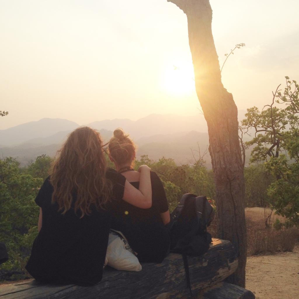 vriendinnetjes wachten op de zonsondergang
