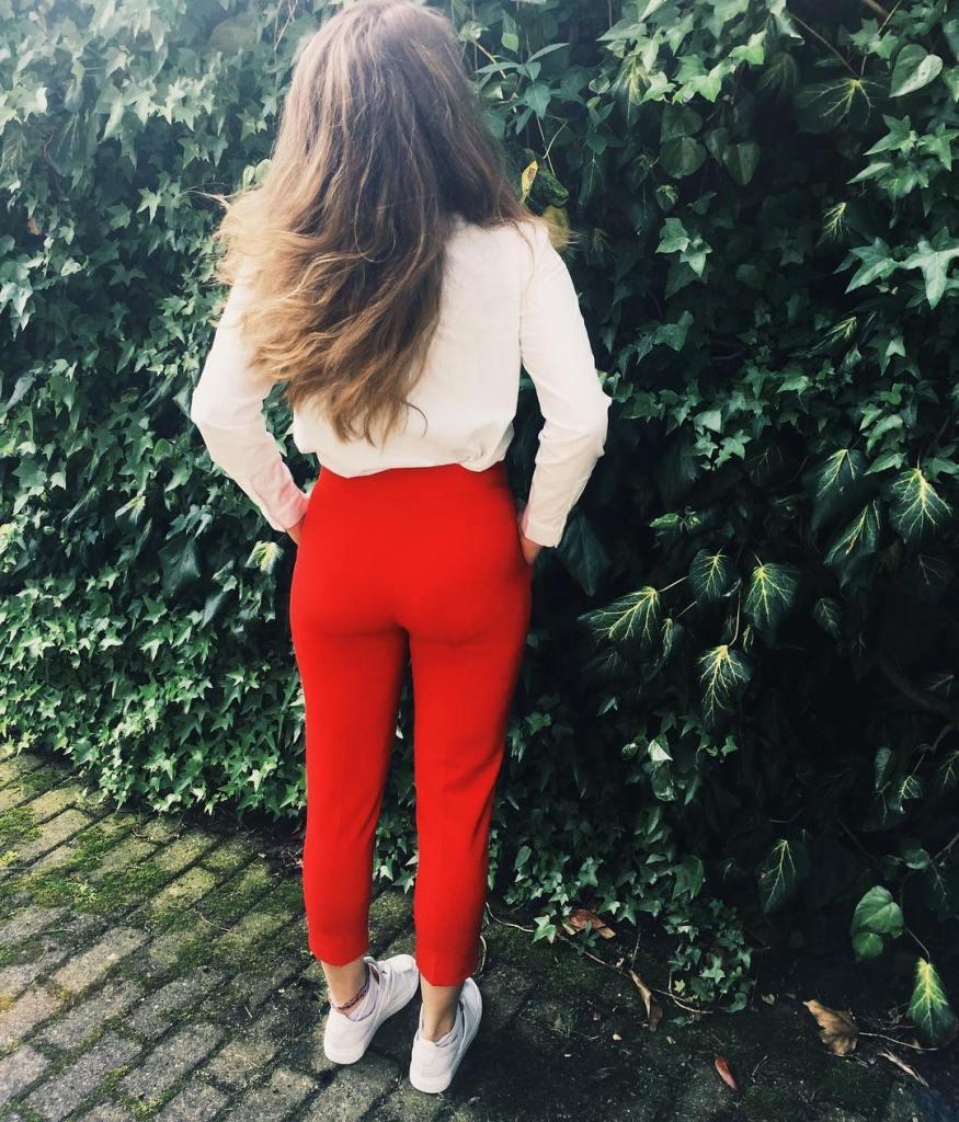 De broek lijkt rood maar dat komt door het editten. Hij is roze