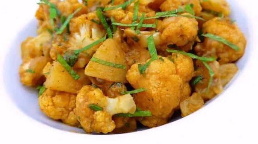 My aloo gobi recipe: this is a traditional potato & cauliflower stir fry. What a splendid Indian spiced vegetarian recipe!