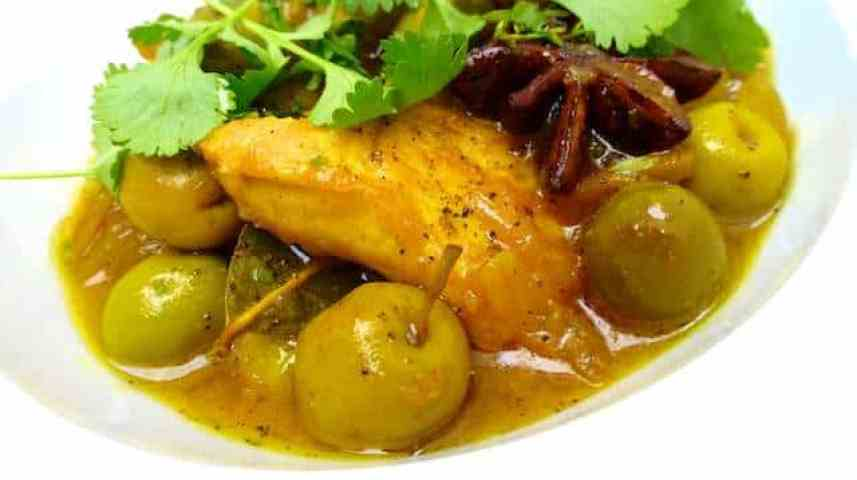 Juicy baked chicken with olives, a Moroccan flavored chicken stew with green olives and amazing Eastern spices... Winner dinner!