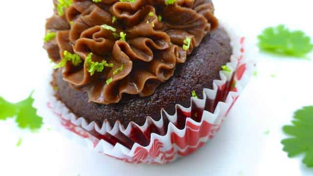 My sweet and fluffy chocolate Guinness cupcakes: quick and easy cupcakes with a creamy cocoa frosting on top! What a decadent treat...