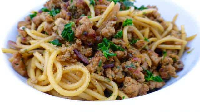 My simple pork and dill spaghetti: fresh dill, fried pork mince crumble and al dente pasta... A delicious spaghetti, ready in less than 30 minutes!