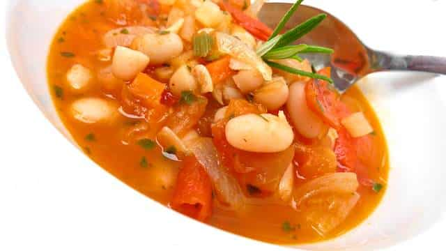 My chunky rich Italian bean soup: a quick tomato and vegetable soup with canned white beans to beat that icy autumn weather then!
