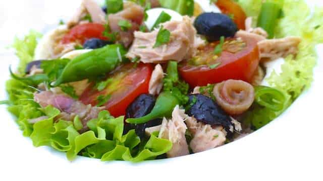 My classic nicoise salad recipe: this is a colorful French tuna salad with fersh tomatoes, green beans, olives and anchovies!