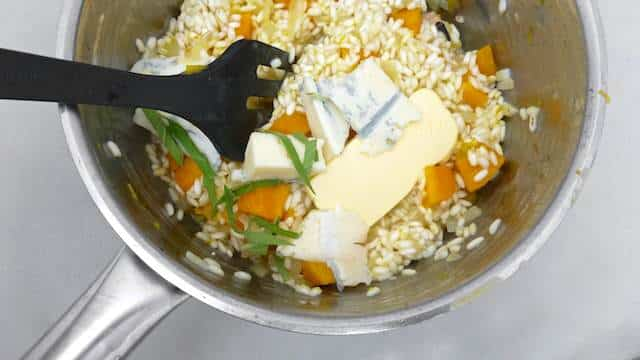 Pumpkin risotto with gorgonzola, sage, walnuts and cloves. Sure you can't say no to that! Sounds like one hell of a hearty autumn risotto recipe to me.