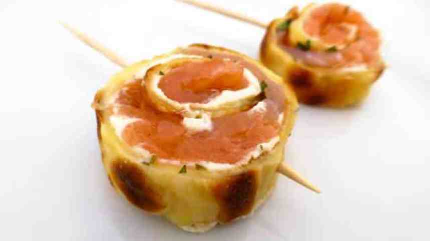 Smoked salmon pinwheels, with cream cheese and crepes! A very easy appetizer to make in advance before your guests arrive!