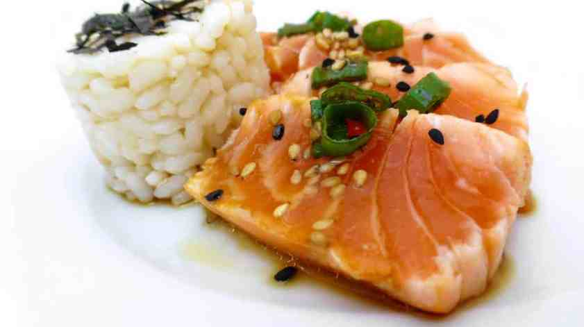 Super easy salmon tataki: a Japanese carpaccio of quickly seared salmon served chilled with a fresh sesame dressing! What a fantastic appetite booster!