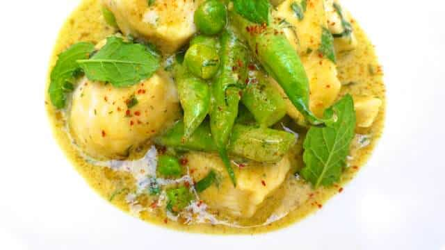 Everyone loves a good classic Thai green curry recipe, a creamy and spicy Thai chicken dinner with green beans, mint and peas!
