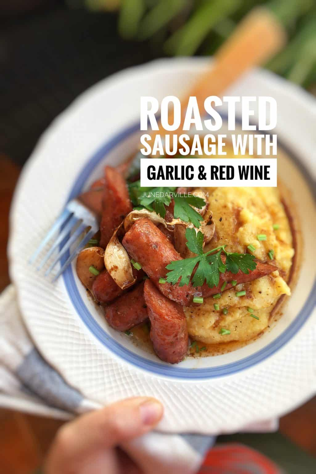 Delicious roasted sausage with soft garlic cloves and red wine... Served over buttery mashed potatoes or creamy polenta: flavor bomb!