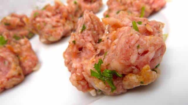How to make meatballs: a step by step recipe for perfect meatballs. A basic recipe with the most standard ingredients: garlic, onion, egg and herbs!