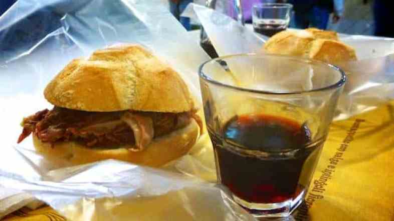 Lampredotto Da Nerbone: a tripes sandwich for breakfast in Florence! Read here where you can find the best lampredotto sandwich in town!