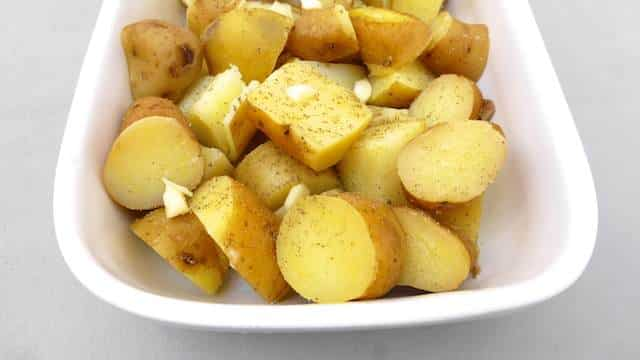 Do you have leftover cooked potatoes in your fridge? Then you should try out this roast potatoes recipe with bacon, onion and beer!
