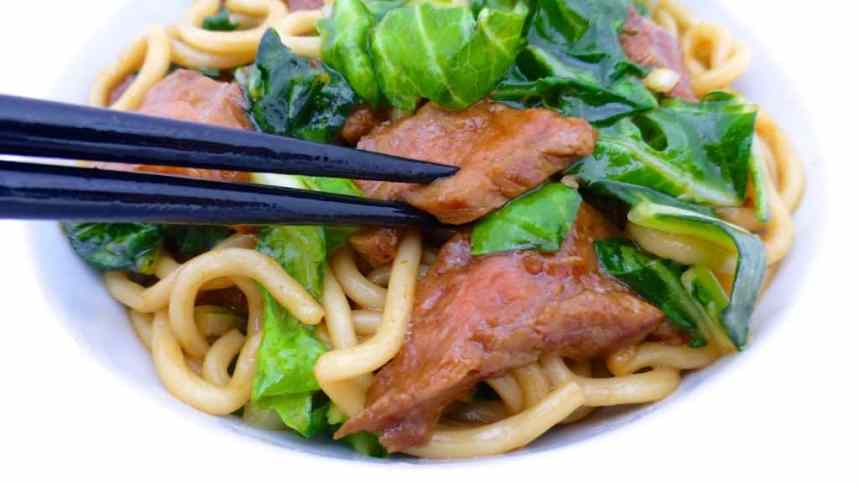 Fried beef noodles with soy sauce, bok choy and seared steak... A delicious dinner packed with Asian flavors to make at home!
