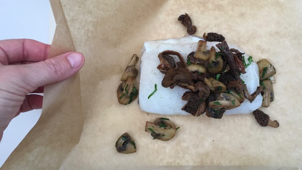 Here's a drop dead simple but posh looking steamed fish recipe with mushrooms: this salt cod en papillote is a huge success!