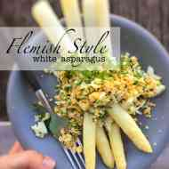 Al dente white asparagus with crumbled egg, parsley and a warm butter sauce... the perfect asparagus Flemish style recipe!