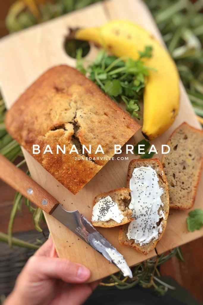 Ripe bananas in your fruit basket? Then I got the perfect recipe for you: my easy banana bread recipe! Breakfast, snack, dessert... you decide!