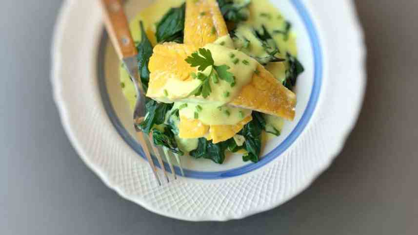 Delicious smoked haddock with spinach in a creamy beurre blanc butter sauce… A superb fish dinner you should try out! Classic yummers...