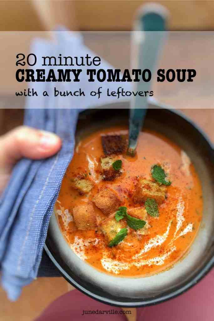 Ripe tomatoes, bread, bell pepper and cream: these are the perfect leftovers to make this quick tomato soup! And believe me, this treat is ready in 20 minutes!