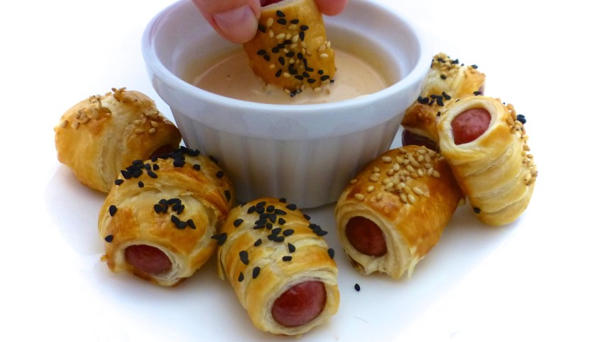 Look at these cute little cocktail sausages wrapped in bits of golden puff pastry... These pigs in a blanket are a highly popular appetizer here in our family!