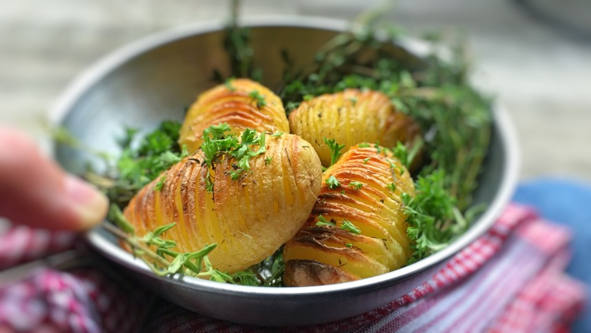 Hasselback potatoes, what a surprising and cute looking potato side dish! Have you heard of it before? Apparently hasselback potatoes are a Swedish specialty...