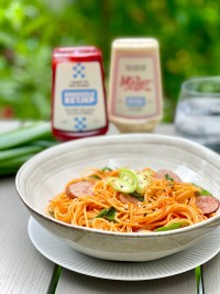 Delicious spaghetti napolitan, a popular Japanese post-war culinary classic! Pasta, ketchup, butter and sausage... So easy and so good!