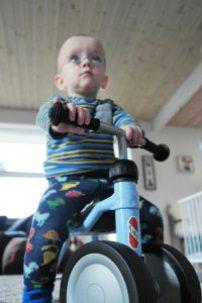 Med første gå cykel kan det være en fordel at have 4 hjul - men husk at få dem over på 2 så hurtigt det er muligt.