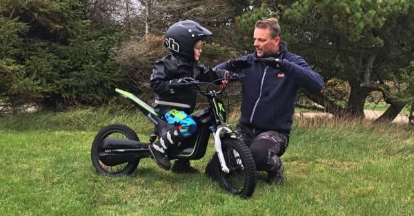 Når fokus skal være i top, kan det være en fordel at træne barnet alene - specielt når nye teknikker på motorcyklen skal introduceres.